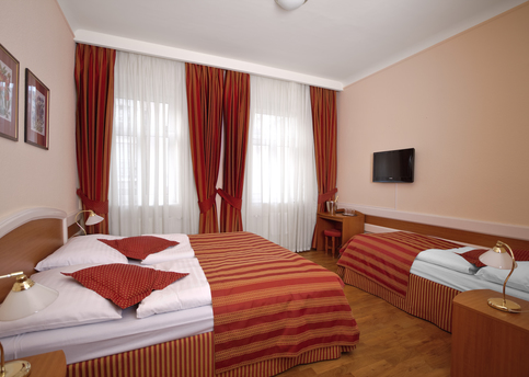 Main hotel marketa triple room 01